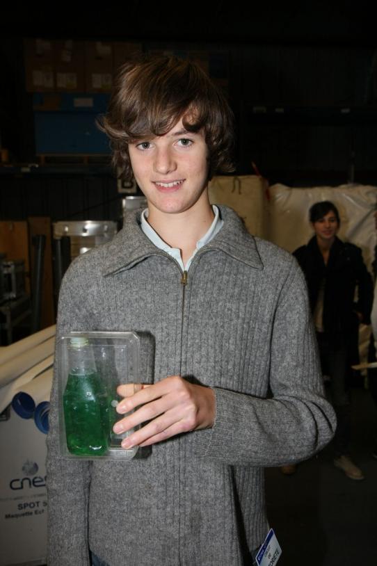 """François-Xavier Fournier : son expérience s'intitule """"Galets de mer"""" (E4). Il s'agit d'observer le déplacement de galets et de graviers de différentes grosseurs dans de l'air et un liquide (ici de l'eau de menthe très diluée) dans une situation ..."""