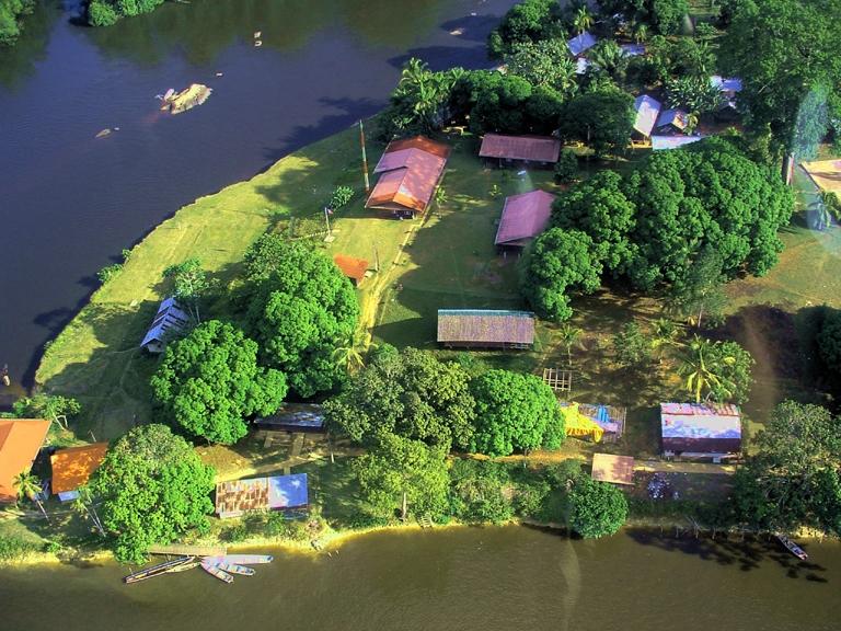 Village isolé, Camopi est situé au confluent de la rivière Camopi et du fleuve Oyapock © C. Caffier