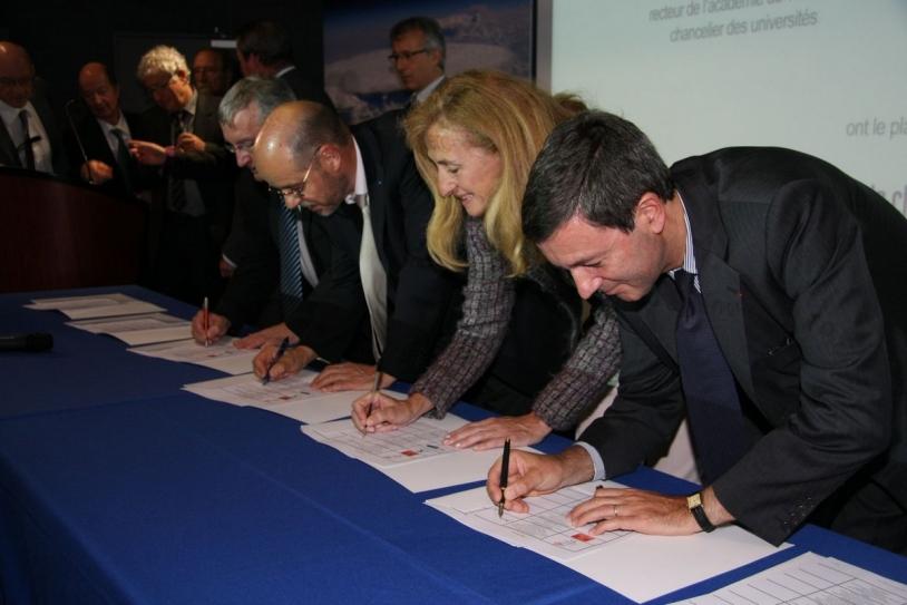 Signature de la charte du Lycée de l'espace le 9 juin 2010 à Toulouse © CNES