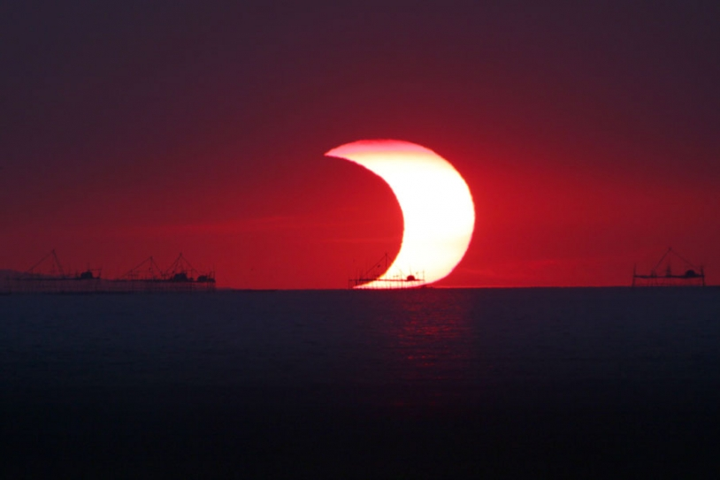 Eclipse dans la baie de Manille - Crédits Armando Lee (Astron. League Philippines)