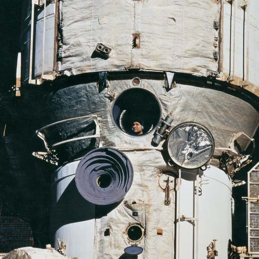 Le cosmonaute russe Valery Polyakov au hublot de la station Mir
